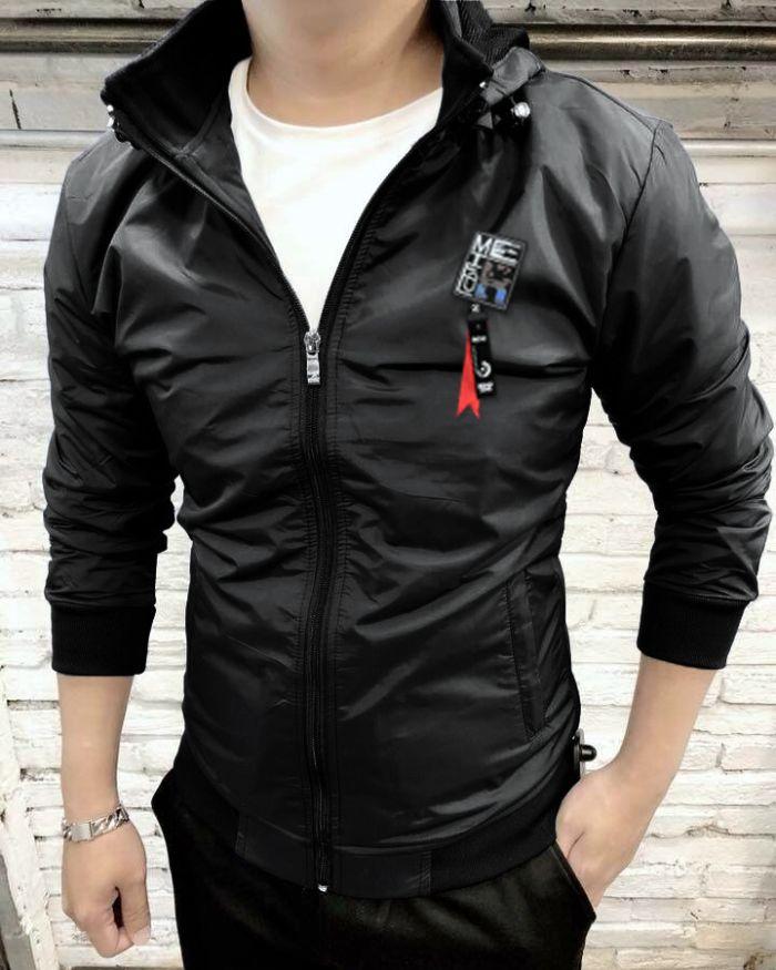 Ngoài các mẫu quần jean, áo phông, sơ mi thì shop còn tạo nên sự ấn tượng bởi những chiếc áo khoác với đủ các chất liệu cùng thiết kế cực men