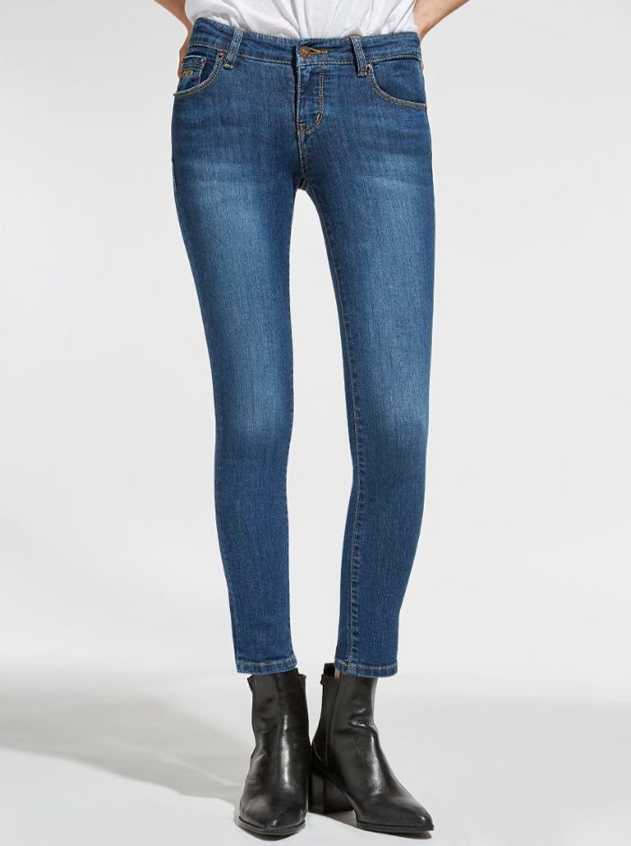 Địa điểm thứ 3 mà top.chon.vn gửi đến các cô gái đó là shop quần Jean nữ Vivian VNXK