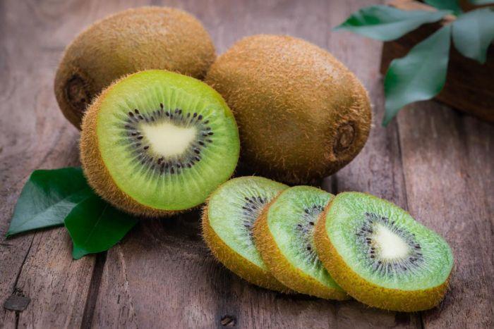 Kiwi có chứa lượng lớn vitamin C và chất làm ức chế không cho các sắc tố