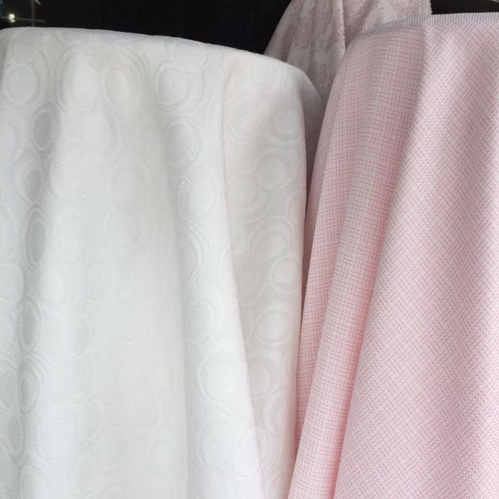 Vải đũi được làm từ kén tơ tằm, chất liệu hơi giống vải thô, vải bố nhưng mềm mịn hơn