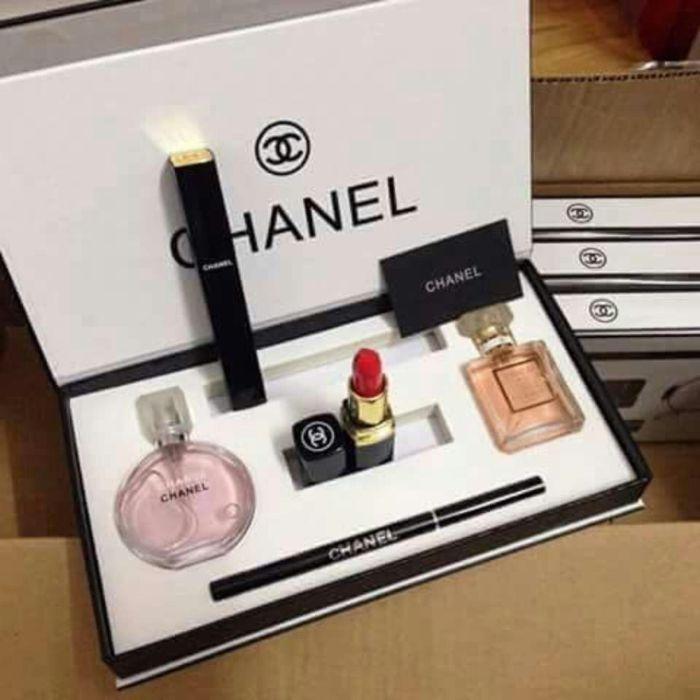 Chanel nổi tiếng với rất nhiều người yêu thích làm đẹp cùng những món mỹ phẩm cao cấp
