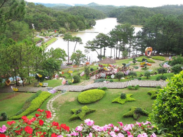 Thung lũng Tình Yêu nằm cách trung tâm thành phố Đà Lạt khoảng 5km về phía Bắc