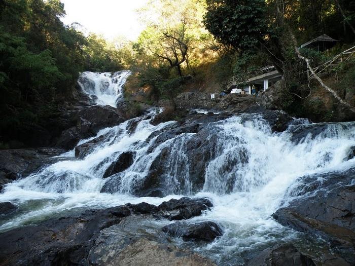 Thác Datanla nằm bên đèo Prenn cách Đà Lạt chừng 7km