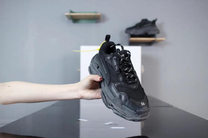 Hầu như không có một quy tắc nào được áp dụng cho những mẫu sản phẩm giày của Balenciaga
