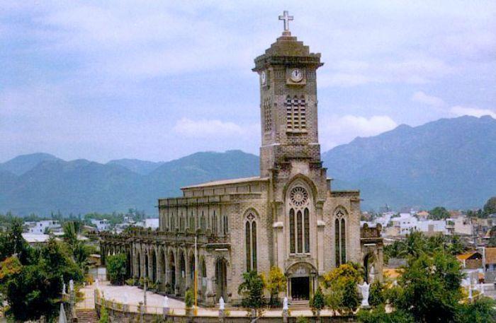 Nhà thờ Núi Nha Trang có tên gọi chính thức là Nhà thờ chính tòa Kitô Vua