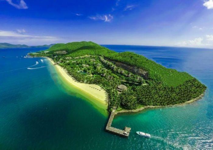 Đảo Hòn Tằm nằm cách thành phố Nha Trang 7km, đẹp mộng mơ với những hàng dừa chạy dọc trên bãi biển xanh ngát