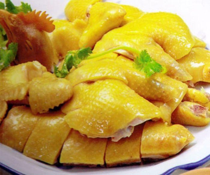 Vị ngọt thơm của miếng thịt gà ăn kèm với lá chanh, chấm muối chanh ớt sẽ tạo nên một hương vị riêng rất khó quên