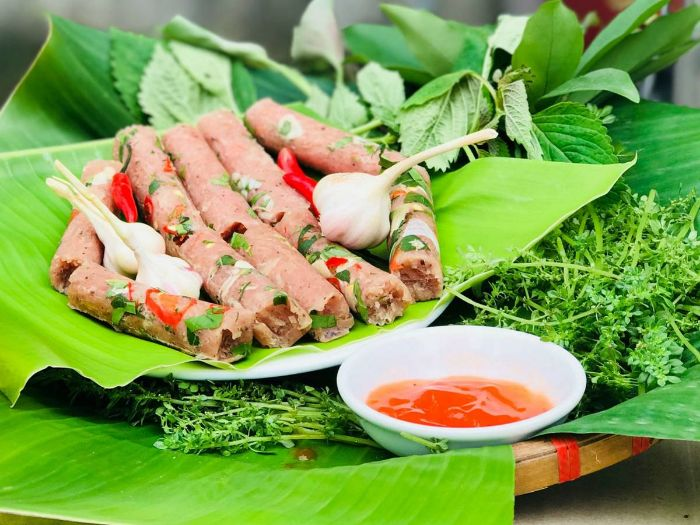 Nổi tiếng nhất trong danh sách 8 món đặc sản của Thanh Hóa là nem chua