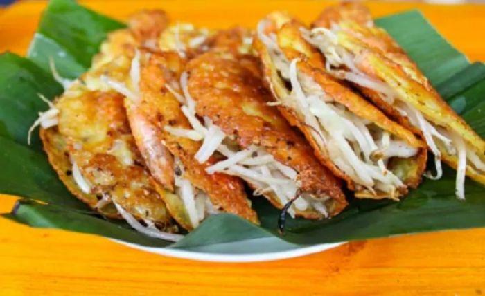 Một suất bánh xèo đầy đủ kèm theo một vài món hải sản tươi sống chính là gợi ý tuyệt vời nhất cho bạn khi đến Phan Rang