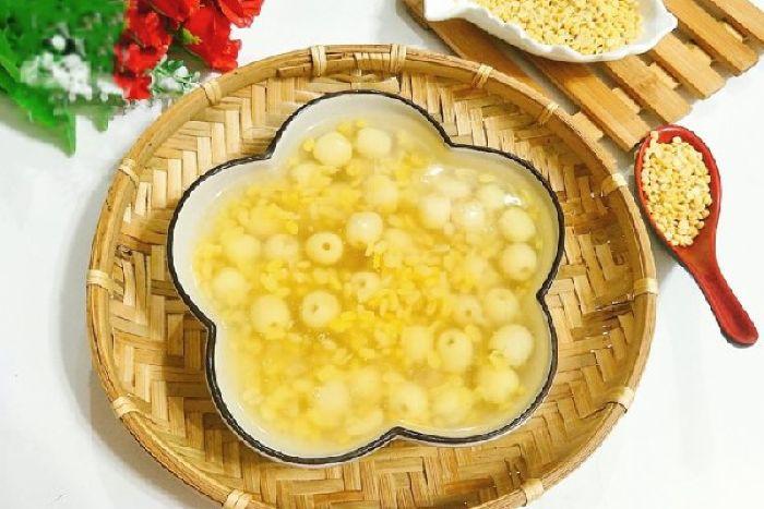 Chè hạt sen được nấu với đường phèn đơn giản