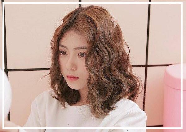 Kiểu tóc ngang vai xoăn nhẹ